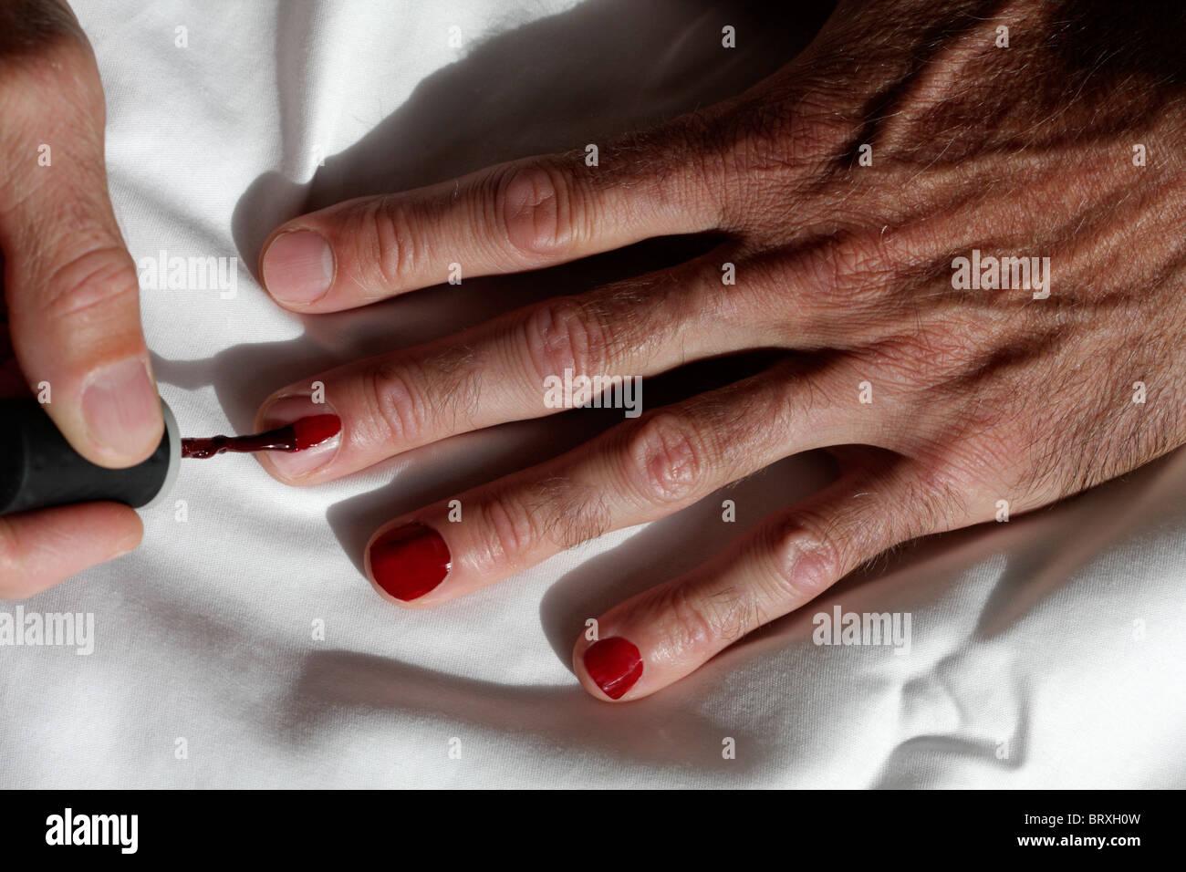 El hombre pintando sus uñas Foto & Imagen De Stock: 31931561 - Alamy