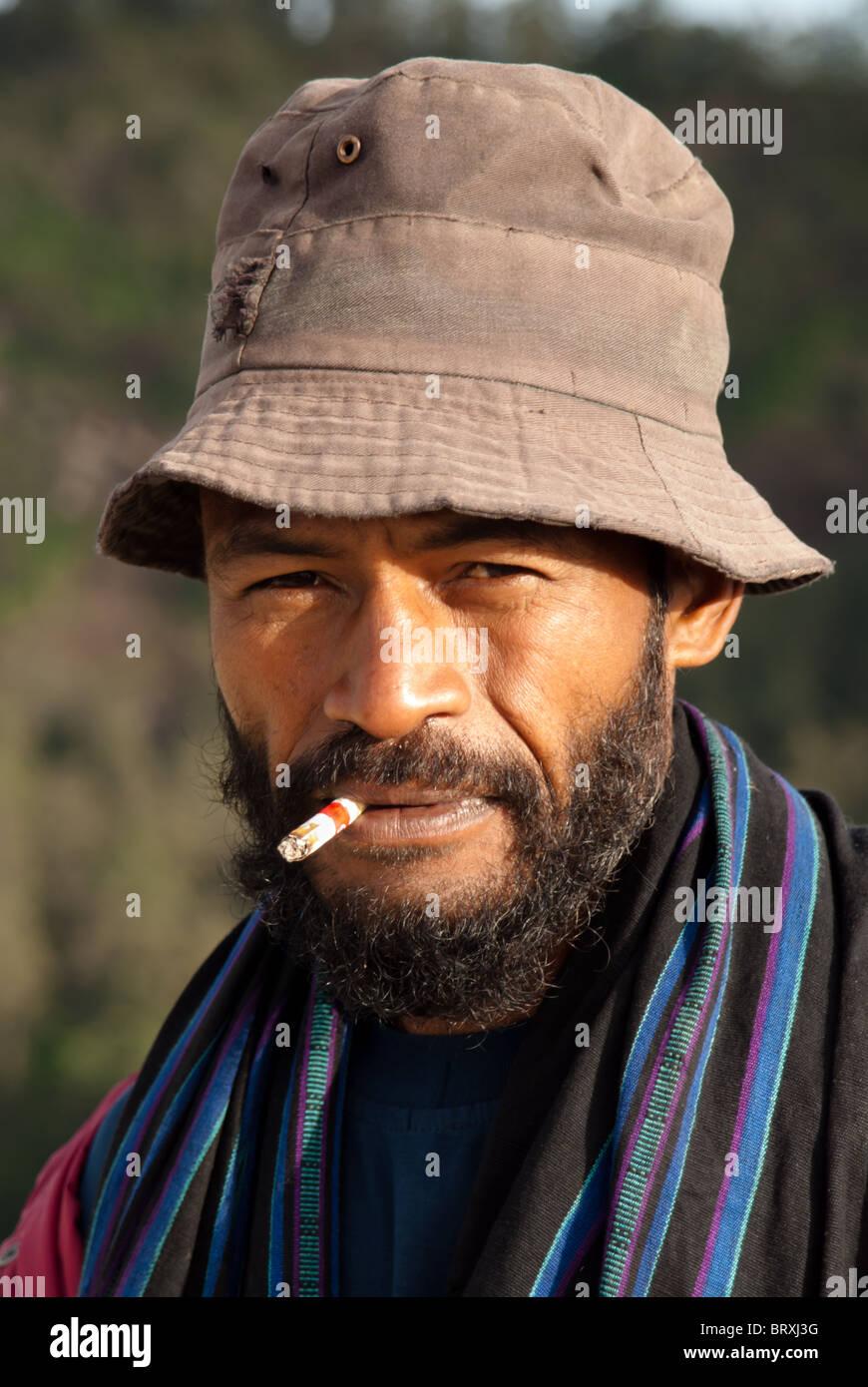 Retrato de feroz hombre indonesio, mirando a la cámara Imagen De Stock