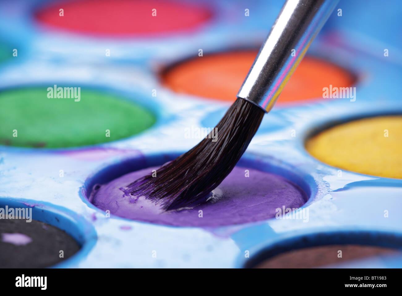 Paleta de acuarela del artista con cepillo Imagen De Stock