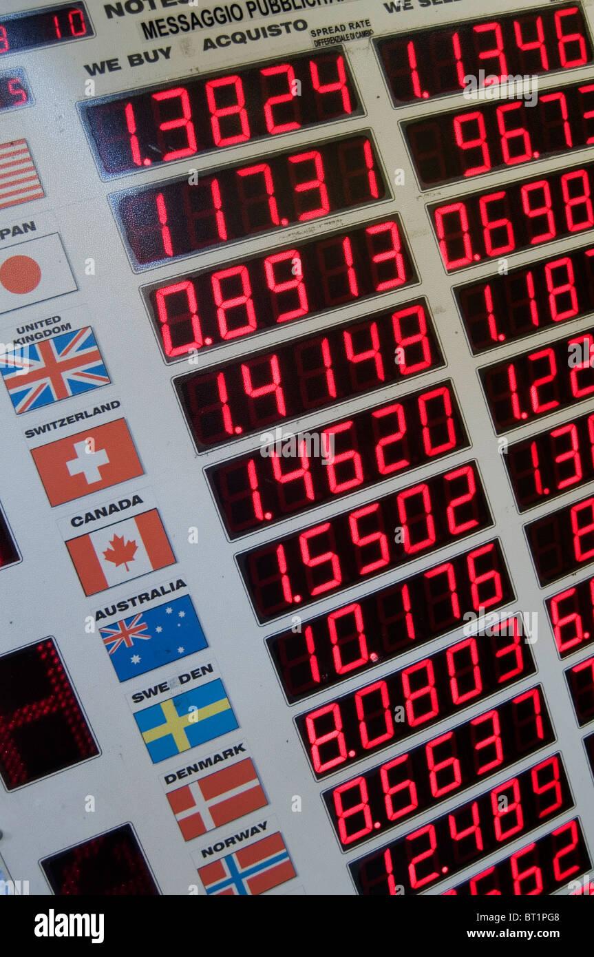 Las tasas de cambio de dinero en efectivo en moneda extranjera mercados mercado devaluado valor cambiar monedas Foto de stock