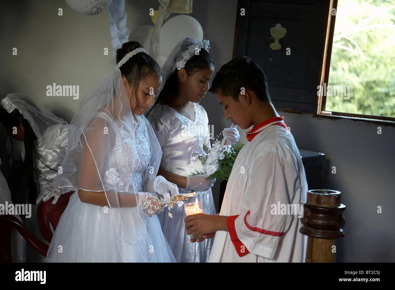 Kc4758 Painet chico niños kids guatemala primera misa católica el comunión y en remate peten monaguillo luces Foto de stock