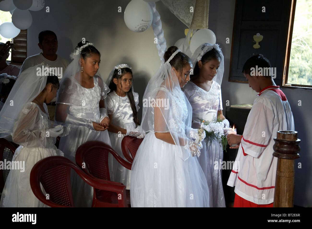 Kc4756 Painet chico niños kids guatemala primera misa católica el comunión y en remate peten monaguillo luces Foto de stock