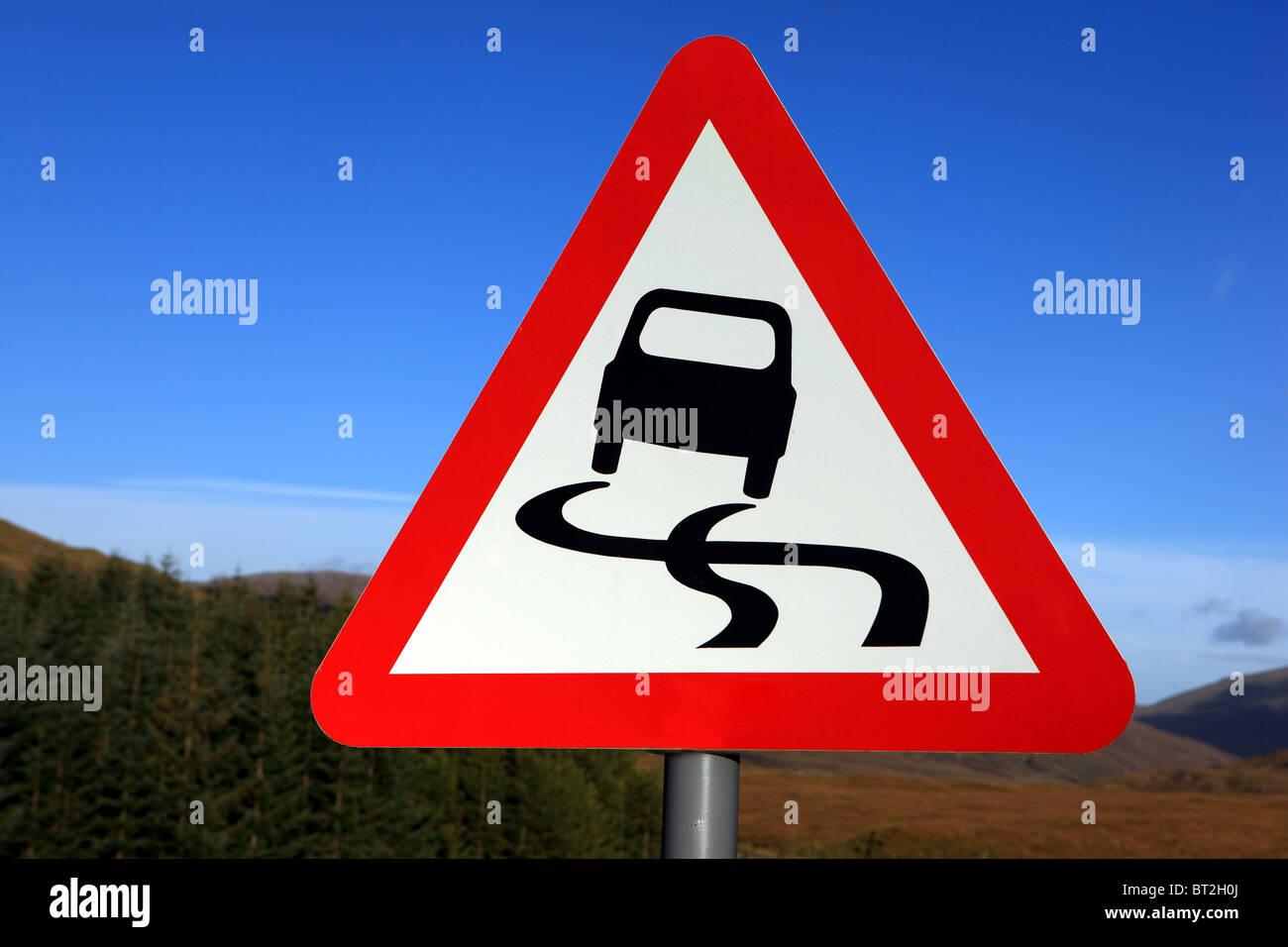 Señal de Carretera resbaladiza en el REINO UNIDO Imagen De Stock