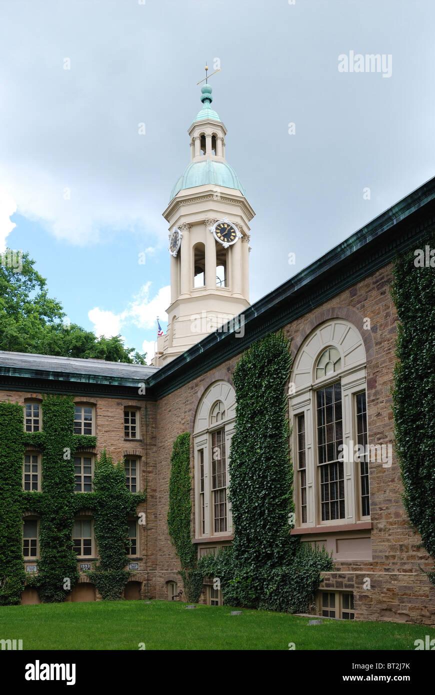 Antiguo edificio de piedra está hermanada con hiedra en el campus de la Universidad de Princeton. Imagen De Stock