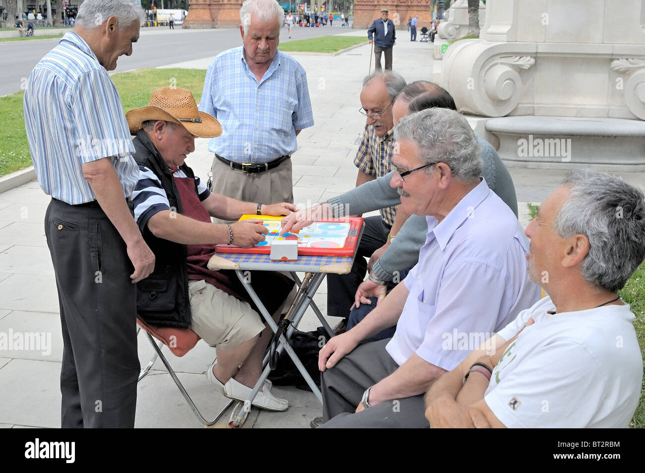 Los hombres jubilados jugando a un juego de tablero Imagen De Stock