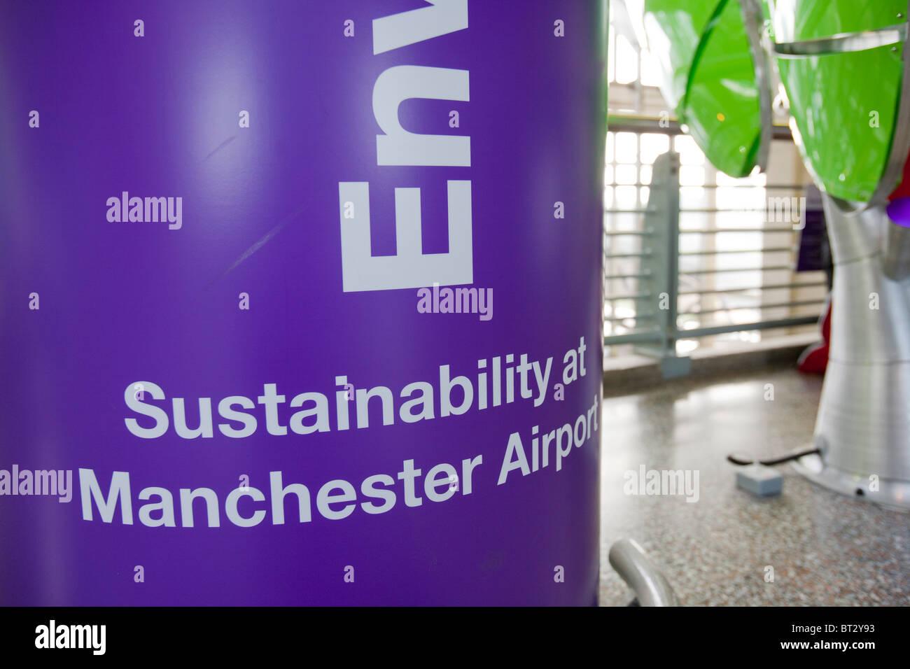 Un Carbon Trust standard, mostrar en el aeropuerto de Manchester, explicando cómo están reduciendo su Imagen De Stock