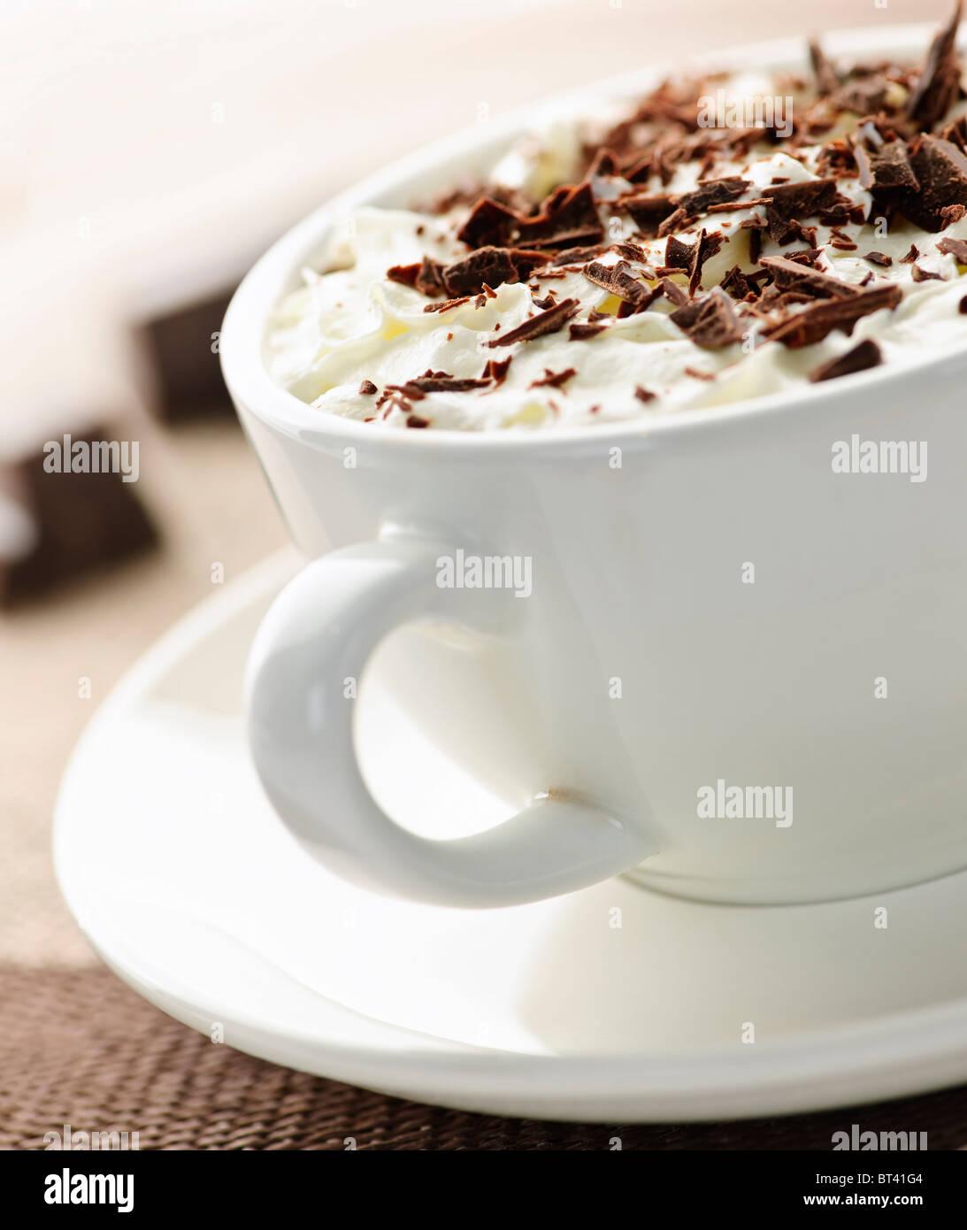 Cacao caliente afeitada con chocolate y crema batida Foto de stock