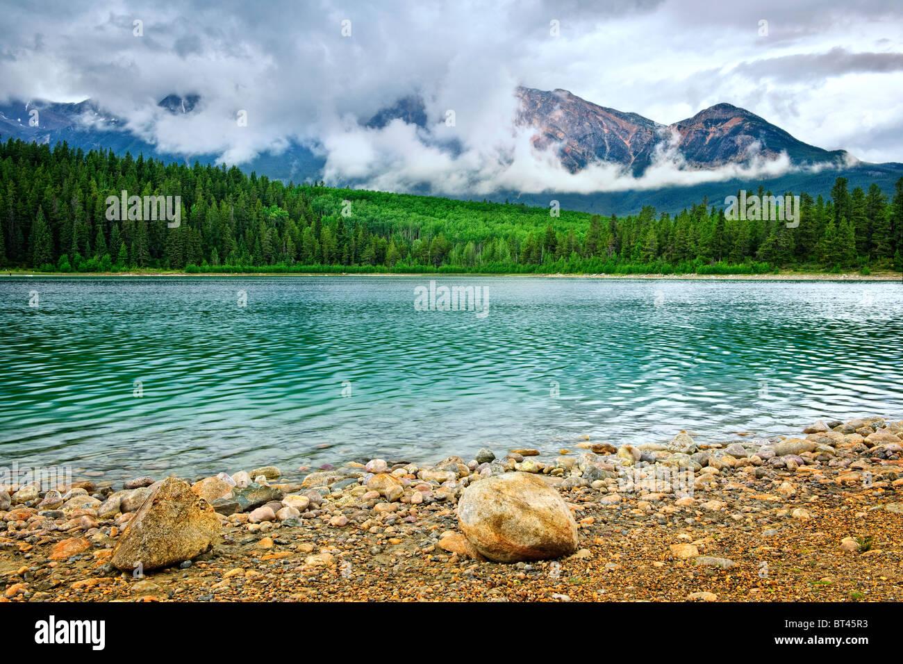 Patricia lago y montaña Pyramid en el Parque Nacional de Jasper, Canadá Foto de stock