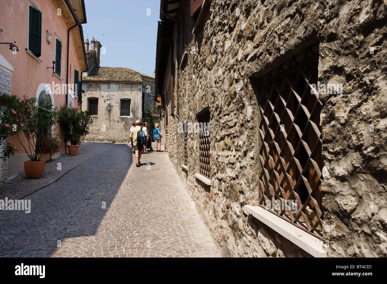 Turistas caminando en Sirmione Imagen De Stock