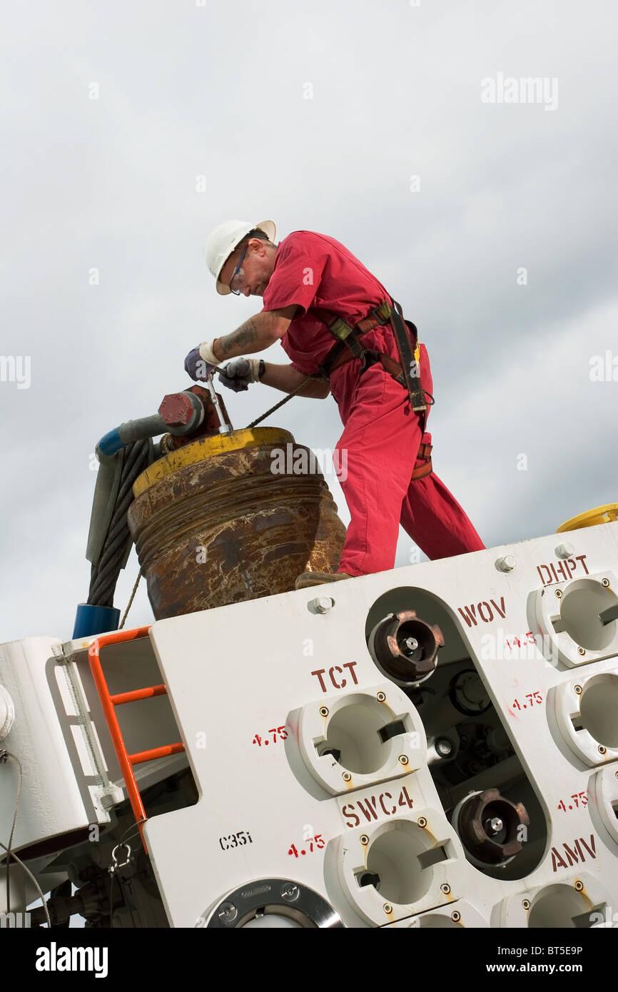 Luba Freeport de aceite. Instalación de parte de las plataformas petrolíferas y árbol de cabeza ejecutar herramienta para pruebas antes del transporte Foto de stock