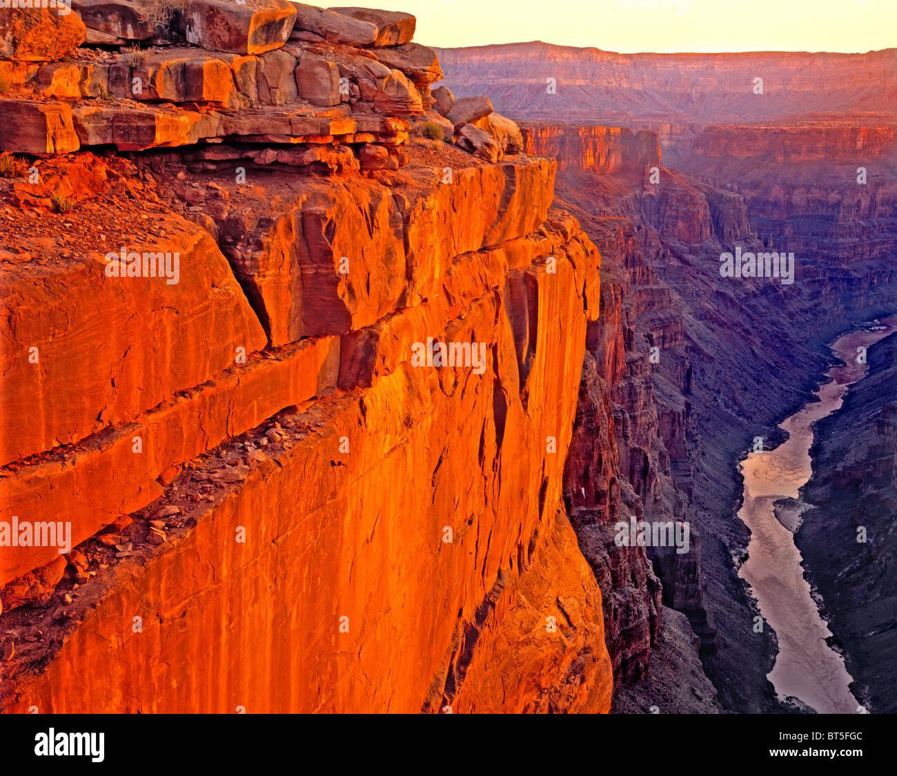 Amanecer sobre el Río Colorado en Toroweep, el Parque Nacional del Gran Cañón, Arizona Foto de stock