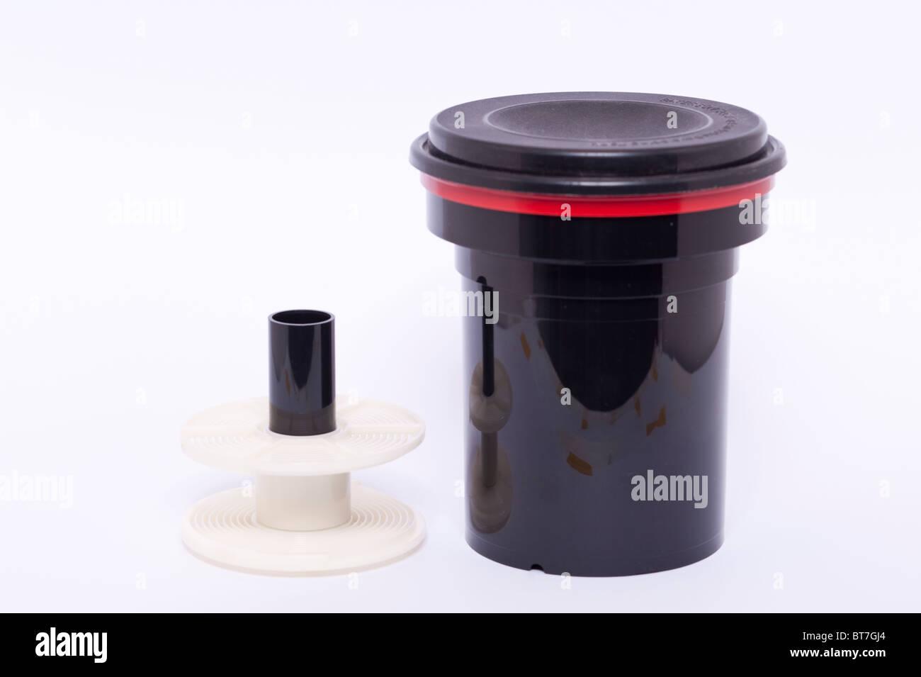 Una foto de una cubeta para desarrollar 35mm o 120 películas sobre un fondo blanco. Imagen De Stock
