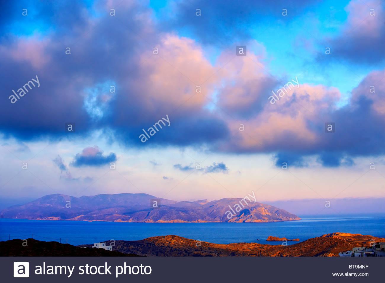 Amanecer sobre la isla de Ios Cyclades, Grecia Imagen De Stock