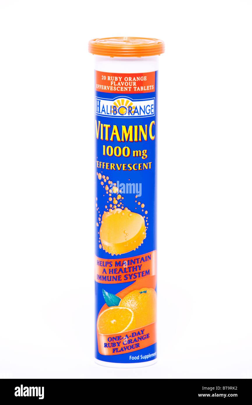 Un paquete de vitamina C efervescente sabor naranja disoluble comprimidos sobre un fondo blanco. Imagen De Stock