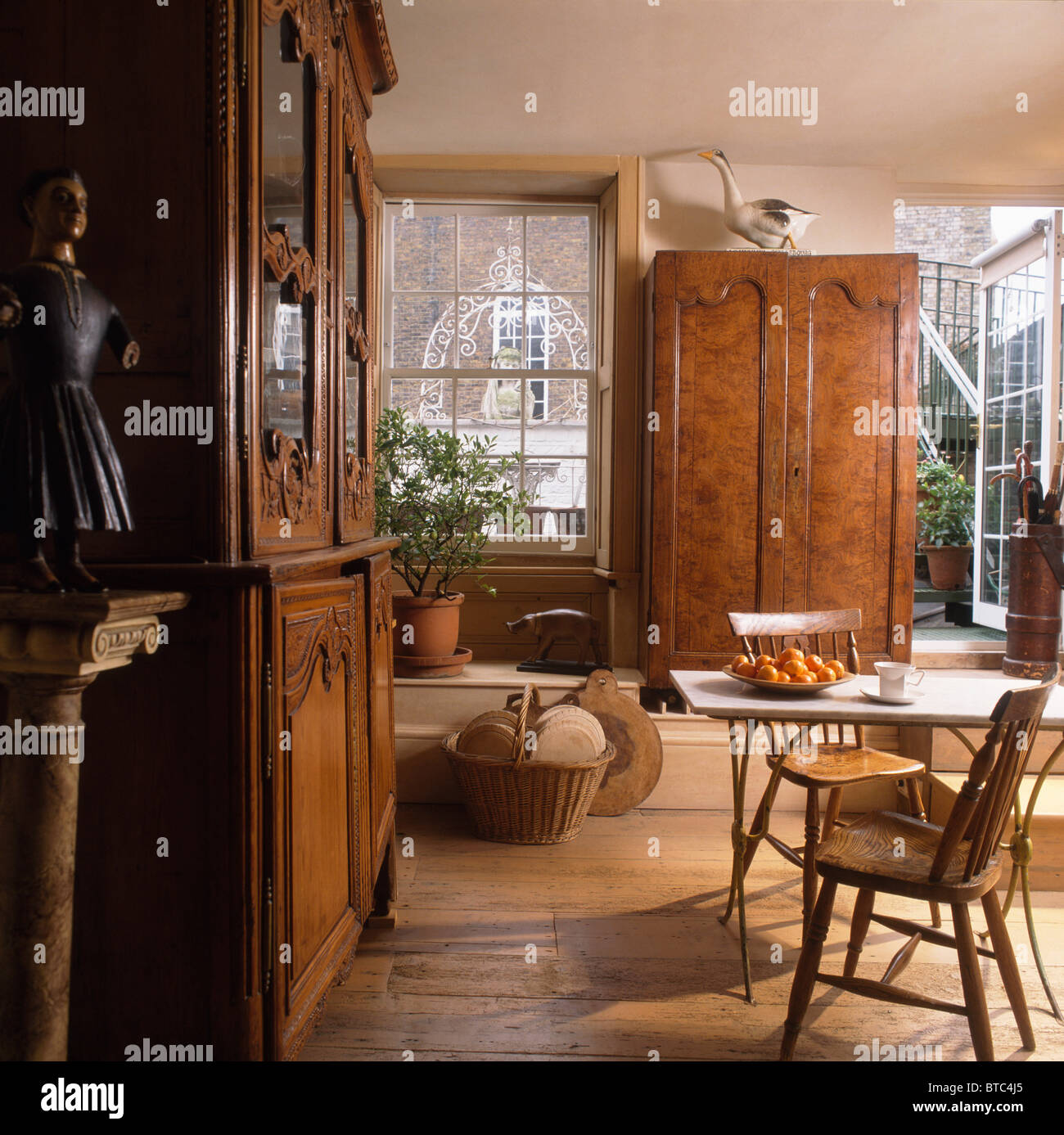 Grandes armarios antiguos y sencillas mesas y sillas en la casa ...