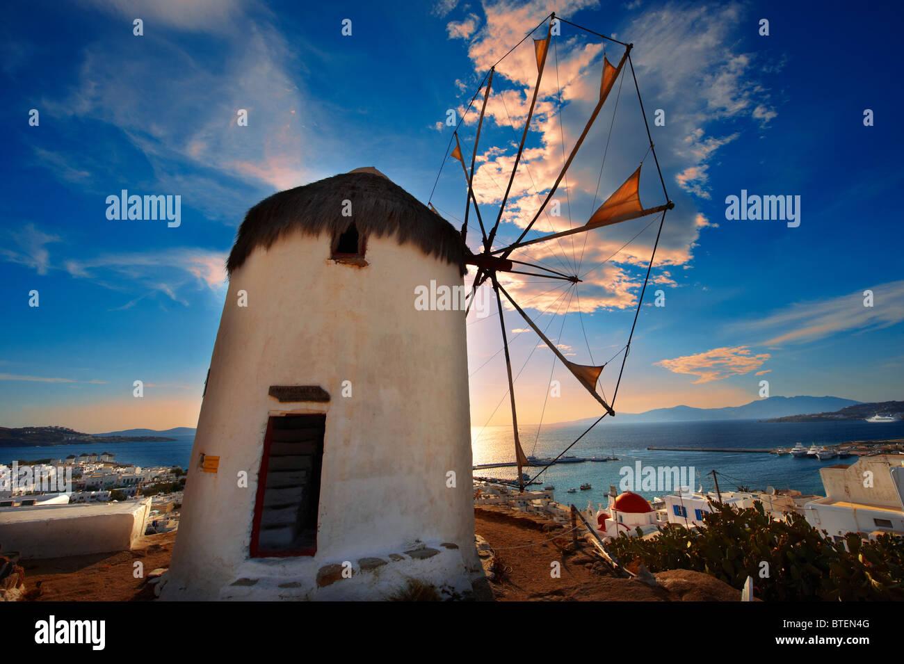 Atardecer en la tradicional griego molinos de viento de Mykonos Chora superior. Las Islas Cícladas, Grecia Imagen De Stock