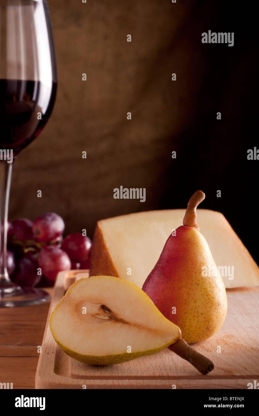 Pera con vino y queso Imagen De Stock
