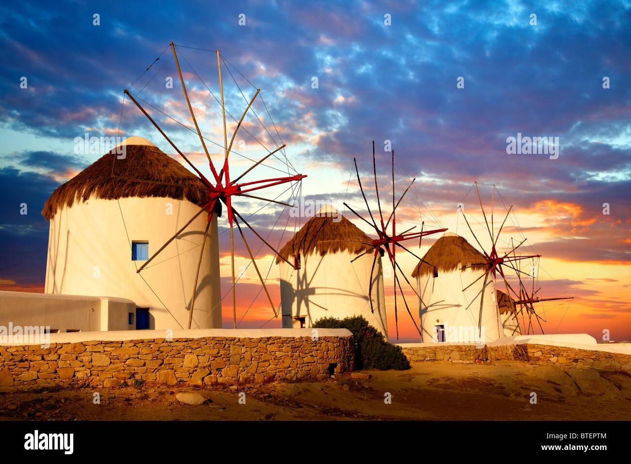 Puesta de sol sobre la tradicional griego molinos de viento de Mykonos Chora. Las Islas Cícladas, Grecia Imagen De Stock
