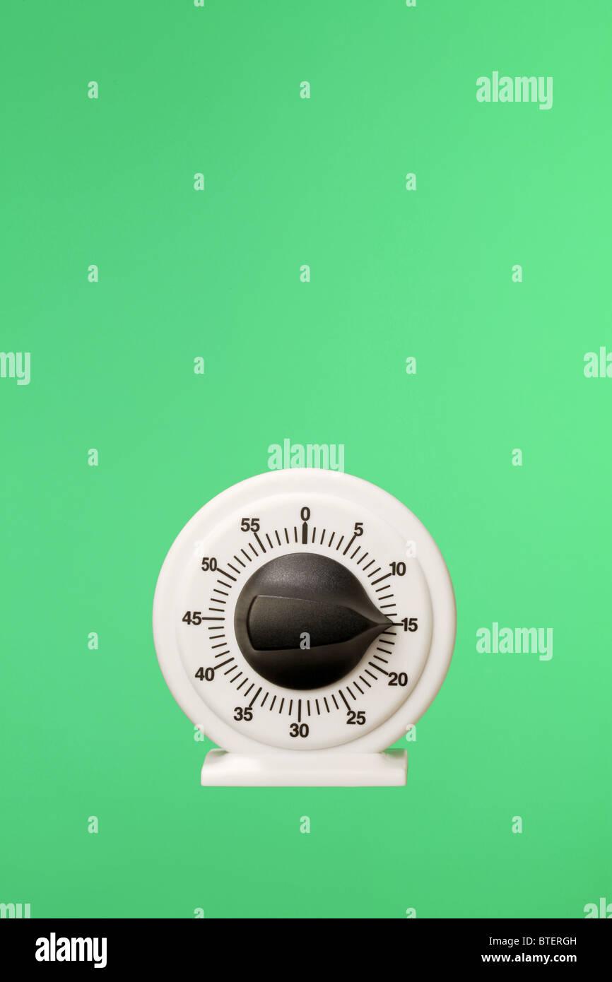 Una cuenta regresiva de cronometraje flotando sobre un fondo verde Imagen De Stock