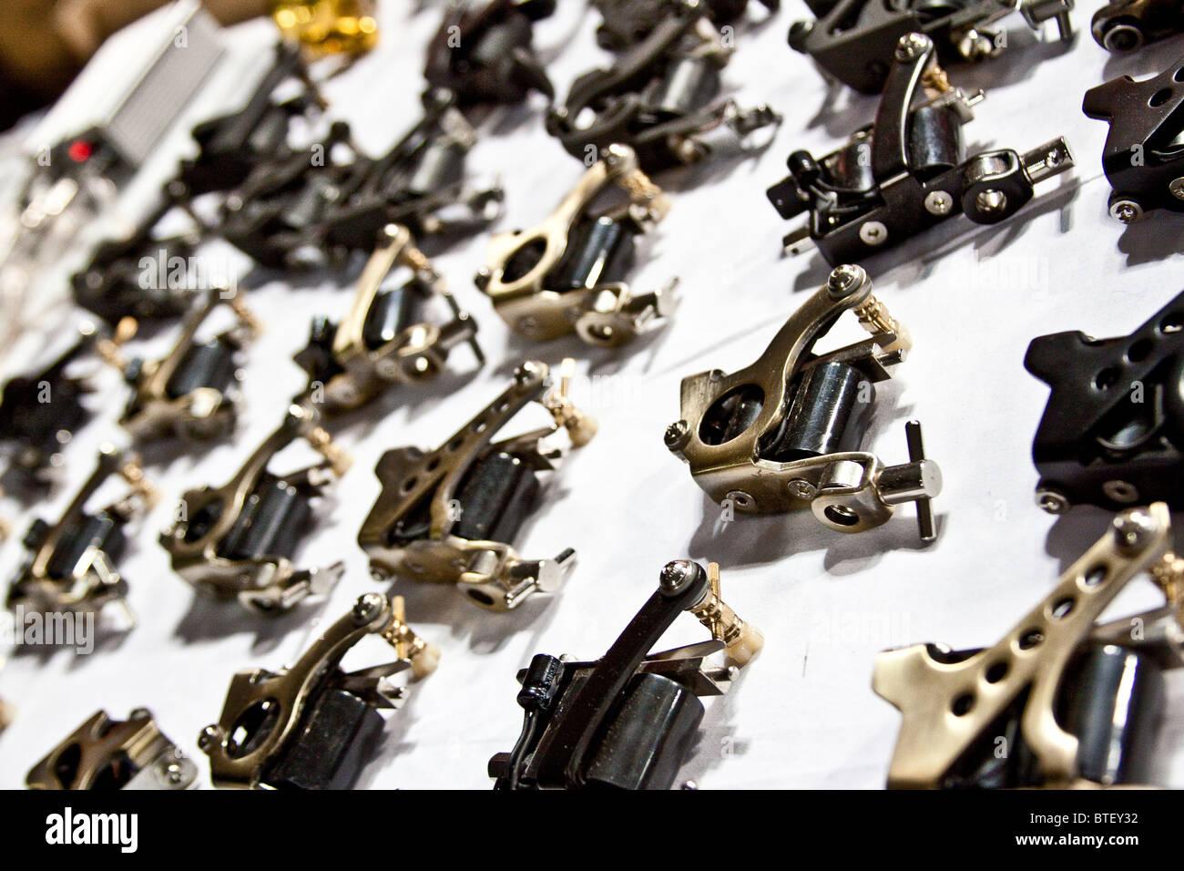 Aquí hay un patrón hecho fresco al distribuir de manera uniforme varias pistolas tatuaje, en una tabla. Imagen De Stock
