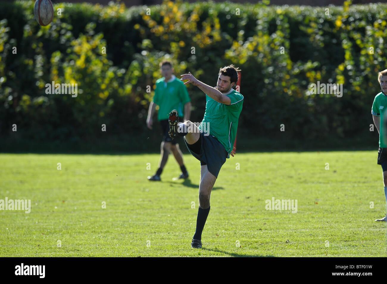Un partido de rugby en una universidad.Varsity Sports tarde. Imagen De Stock