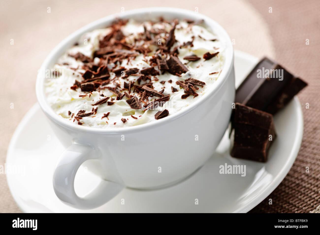 Taza de chocolate caliente con el pelo rasurado, chocolate y crema batida Foto de stock