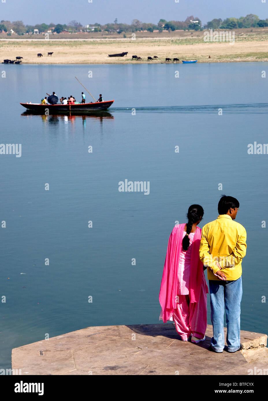 Pareja mirando el Ganges, Varanasi, Uttar Pradesh, India Imagen De Stock