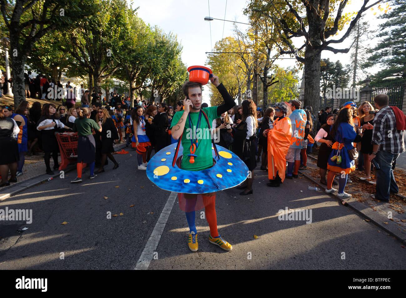 Aka Latada Festa das Latas - Universidad de Coimbra, Portugal desfile novatos Foto de stock