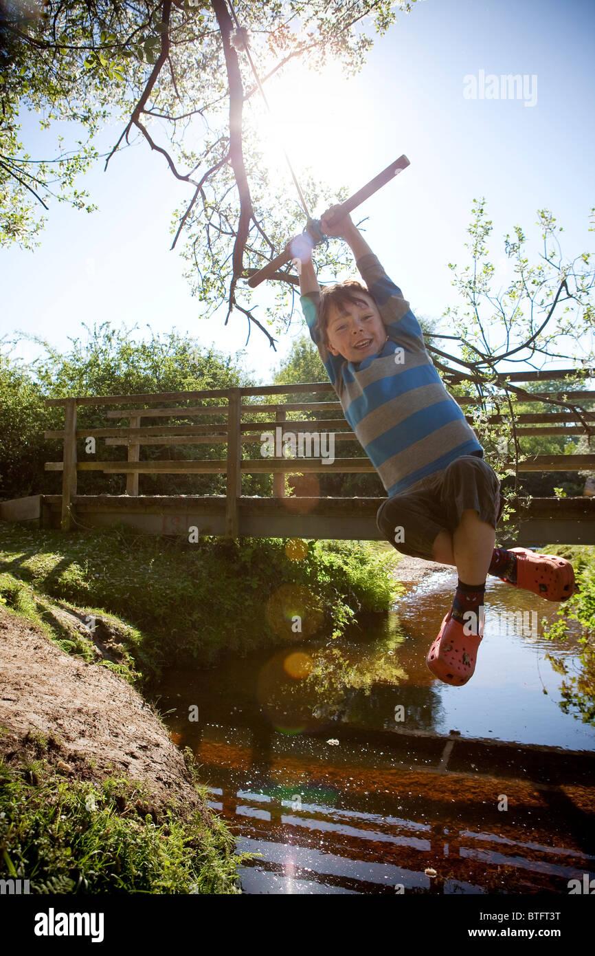 Boy balanceándose sobre una cuerda Imagen De Stock