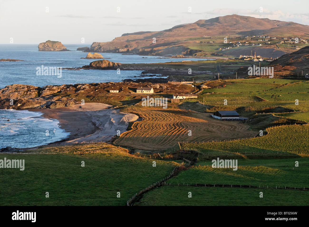 Vista desde Malin Head, sobre las playas de Ballyhillion levantada, Península de Inishowen, Condado de Donegal, Imagen De Stock