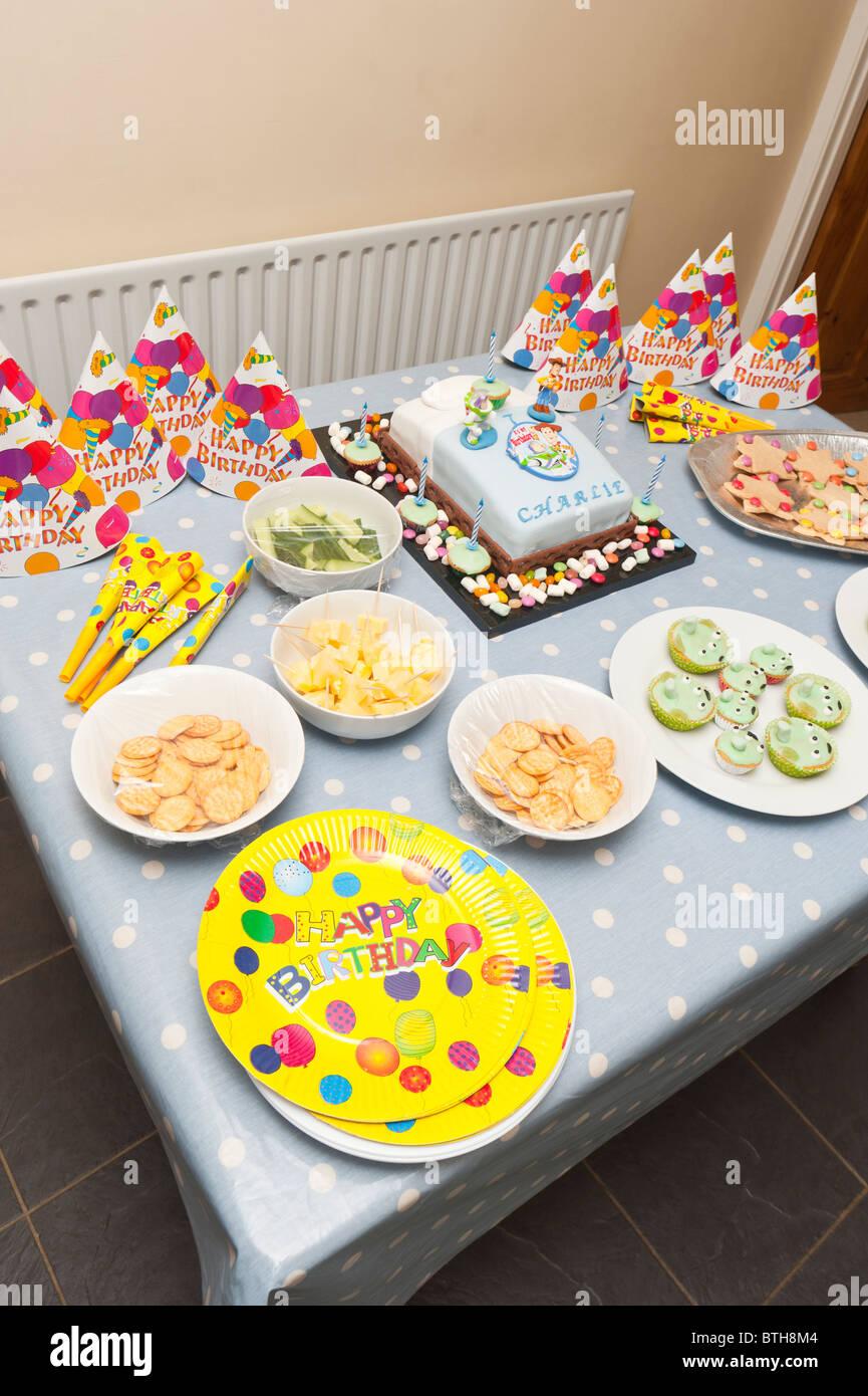 Una mesa llena de comida para una fiesta de cumplea os de - Comidas de cumpleanos infantiles ...