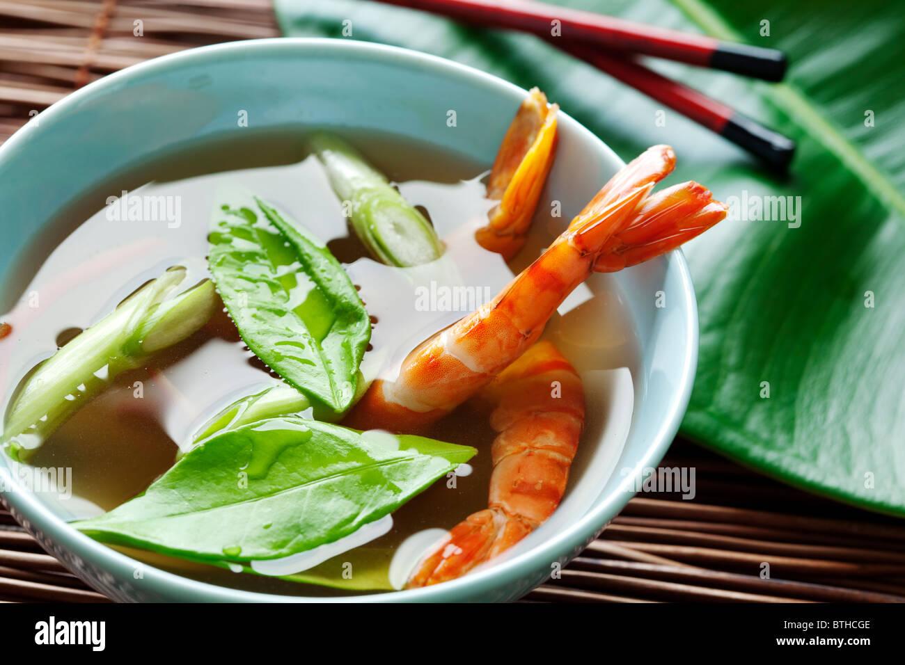Sopa de langostinos con hojas kaffir Foto de stock
