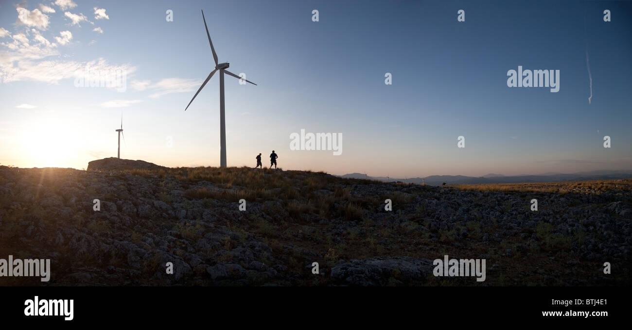 Parque eólico en la cima de una montaña al atardecer en Andalucia España. Imagen De Stock