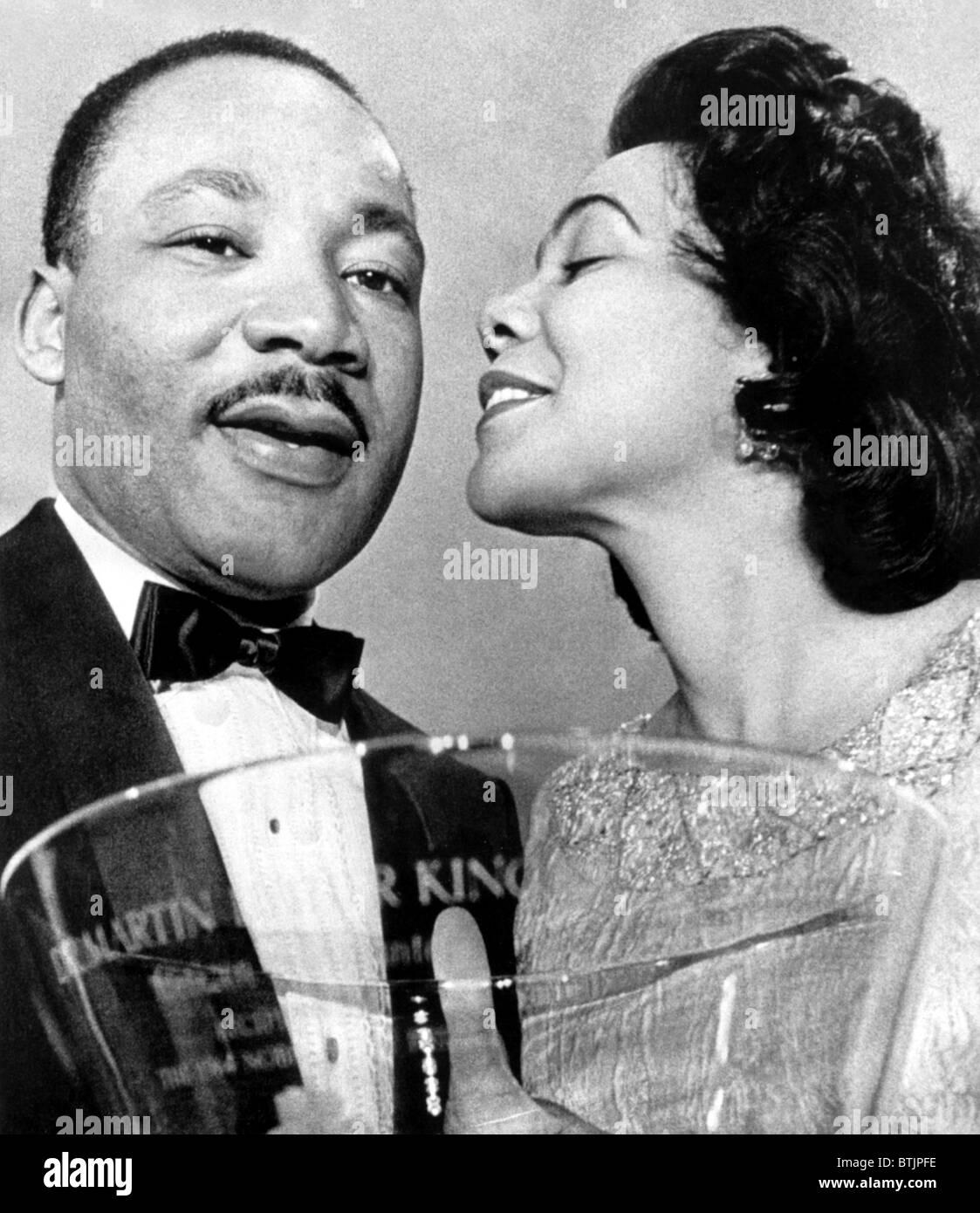 El Dr. Martin Luther King Jr., siendo felicitado por esposa Coretta Scott King, después de haberse presentado con un tazón Steuben-Glass Awar Foto de stock