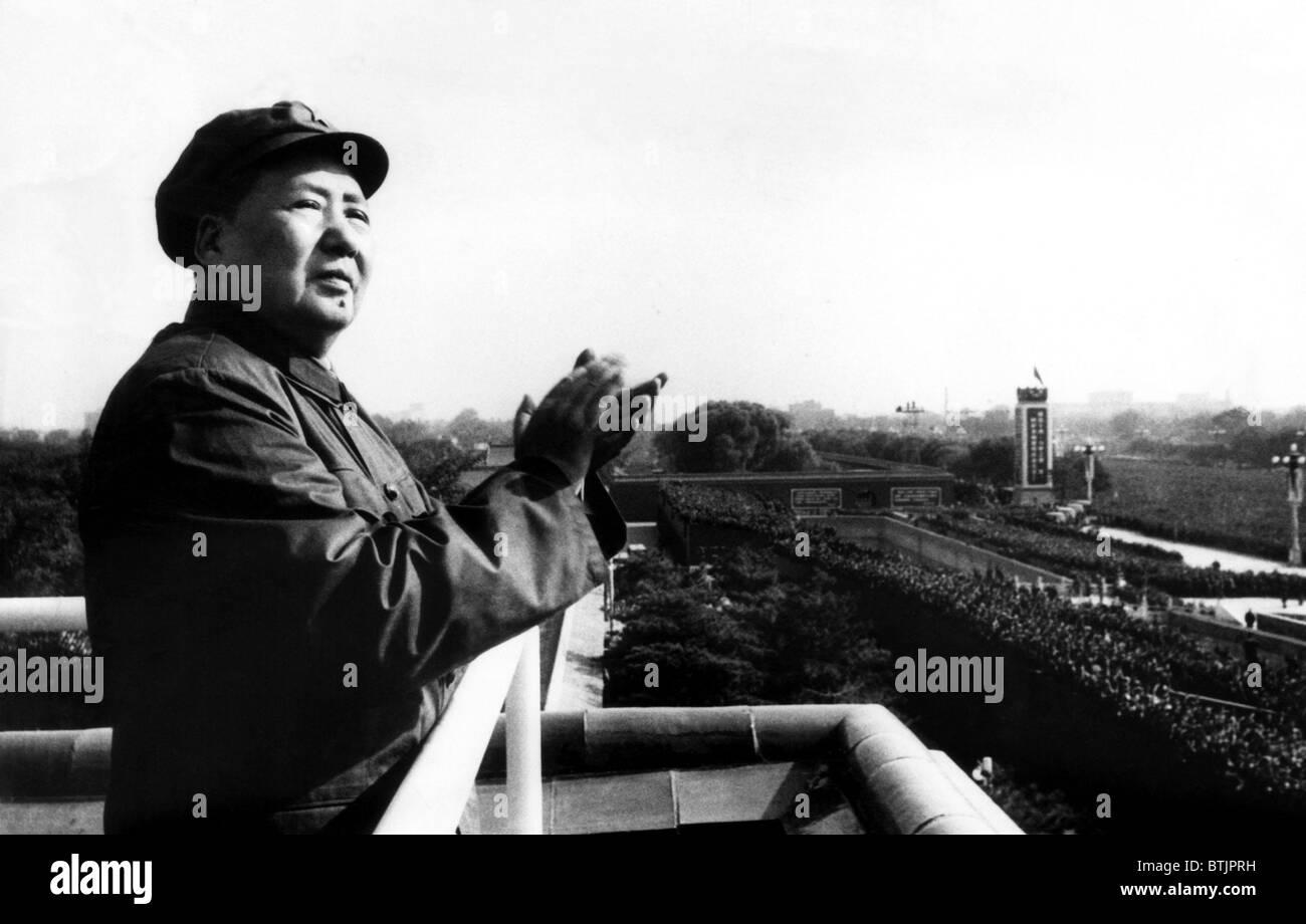 El Presidente Mao Tse Tung, (aka Mao Zedong, 1893-1976), aplaudiendo a los Guardias Rojos y los estudiantes en Pekín, Imagen De Stock