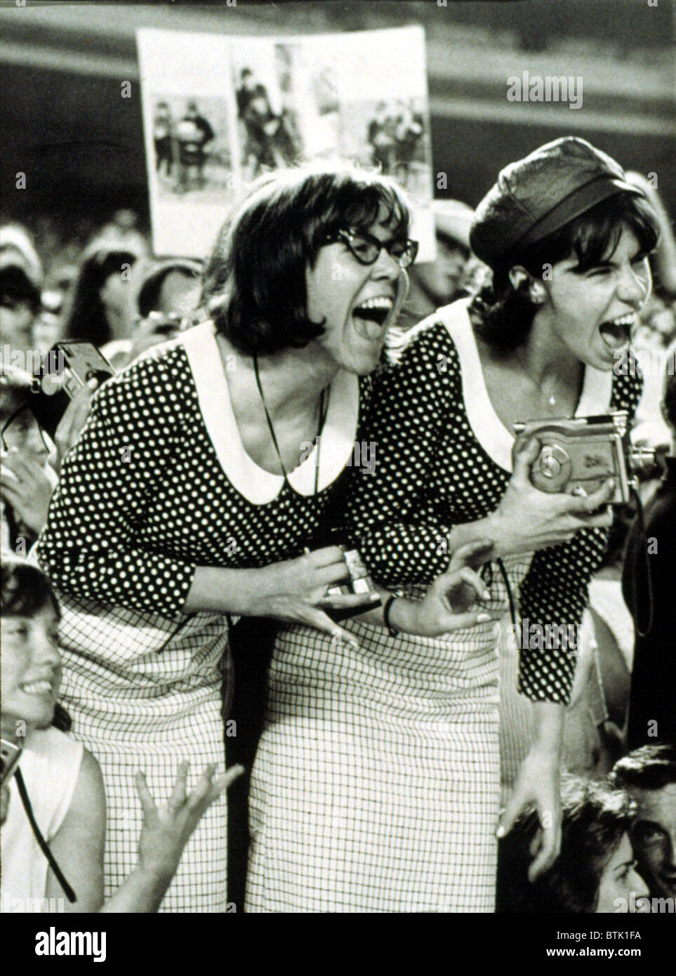 """Los fans de The Beatles gritar en un concierto en el estadio Shea, NY, 8/15/65, mostrando lo que es llamado """"Beatlemania"""". Imagen De Stock"""