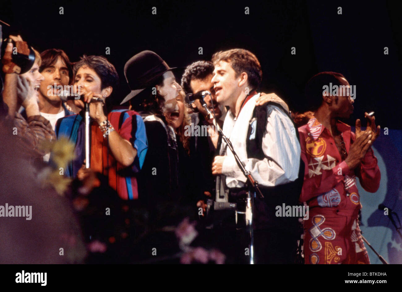 Artistas en escena en el Concierto para Amnistía Internacional, (de izquierda a derecha: Jackson Browne, Joan Baez Foto de stock