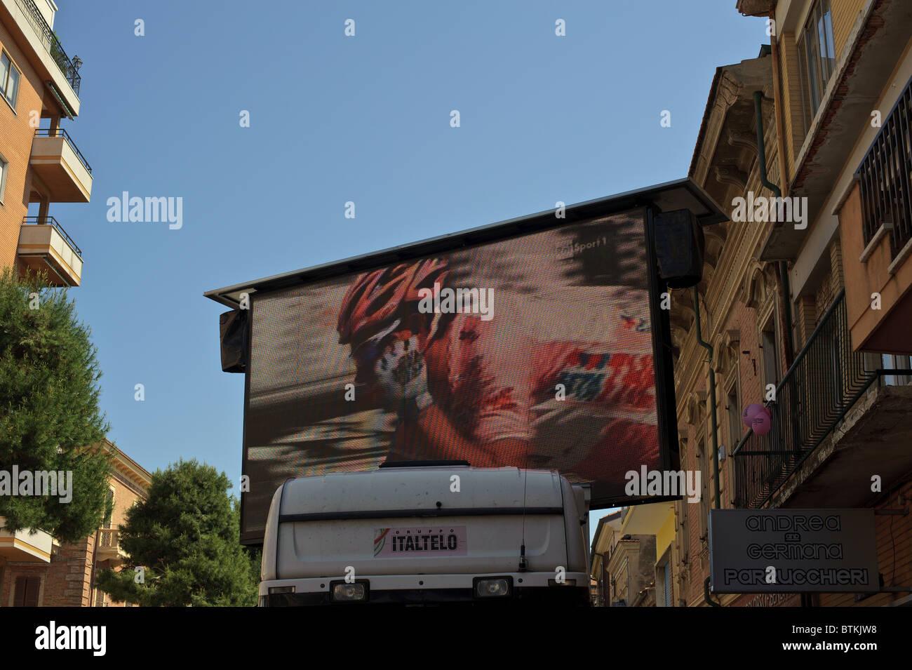 Giro d'italia italia Porto Recanati con pantalla gigante de la raza Imagen De Stock