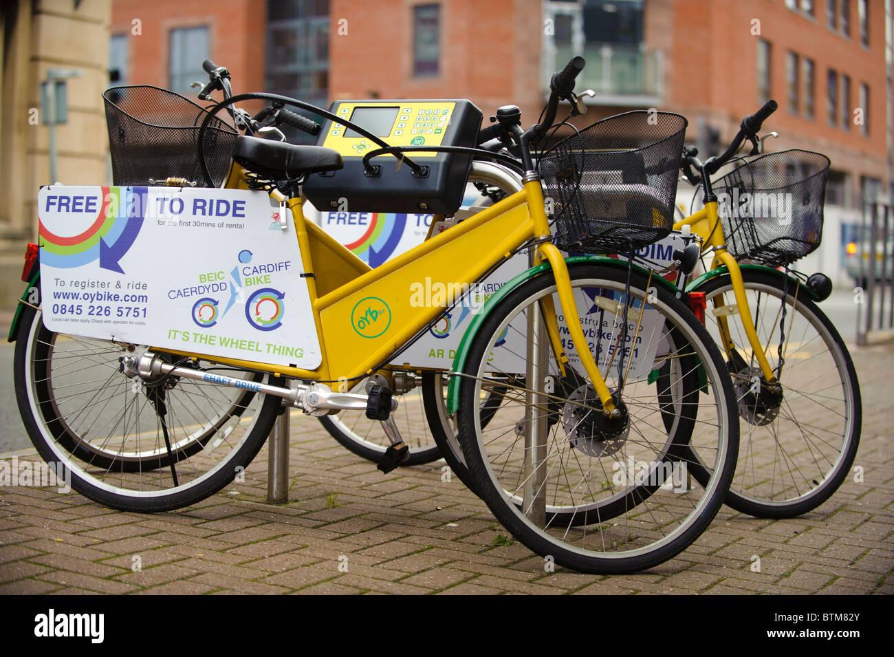 En su bicicleta bicicletas scheme, Cardiff, Gales, Reino Unido Imagen De Stock