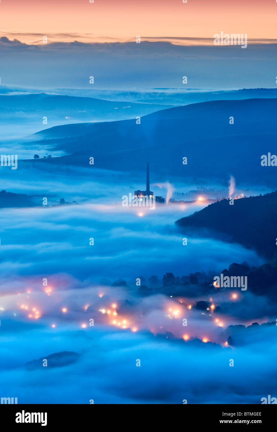 Las cementeras Lafarge y luces de Castleton en niebla, Hope Valley, Peak District National Park, Derbyshire, Inglaterra, Imagen De Stock