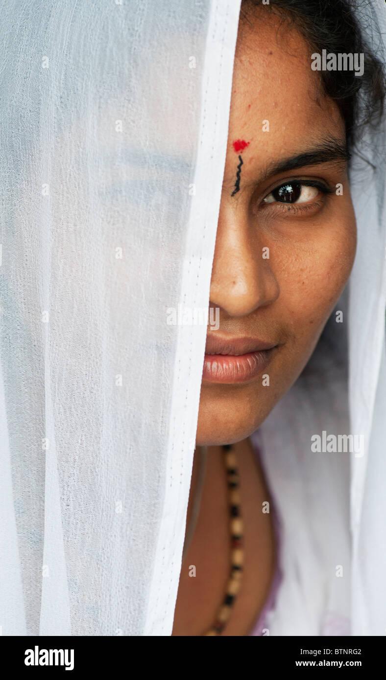 Joven de origen indio en un velo blanco vertical. La India Imagen De Stock