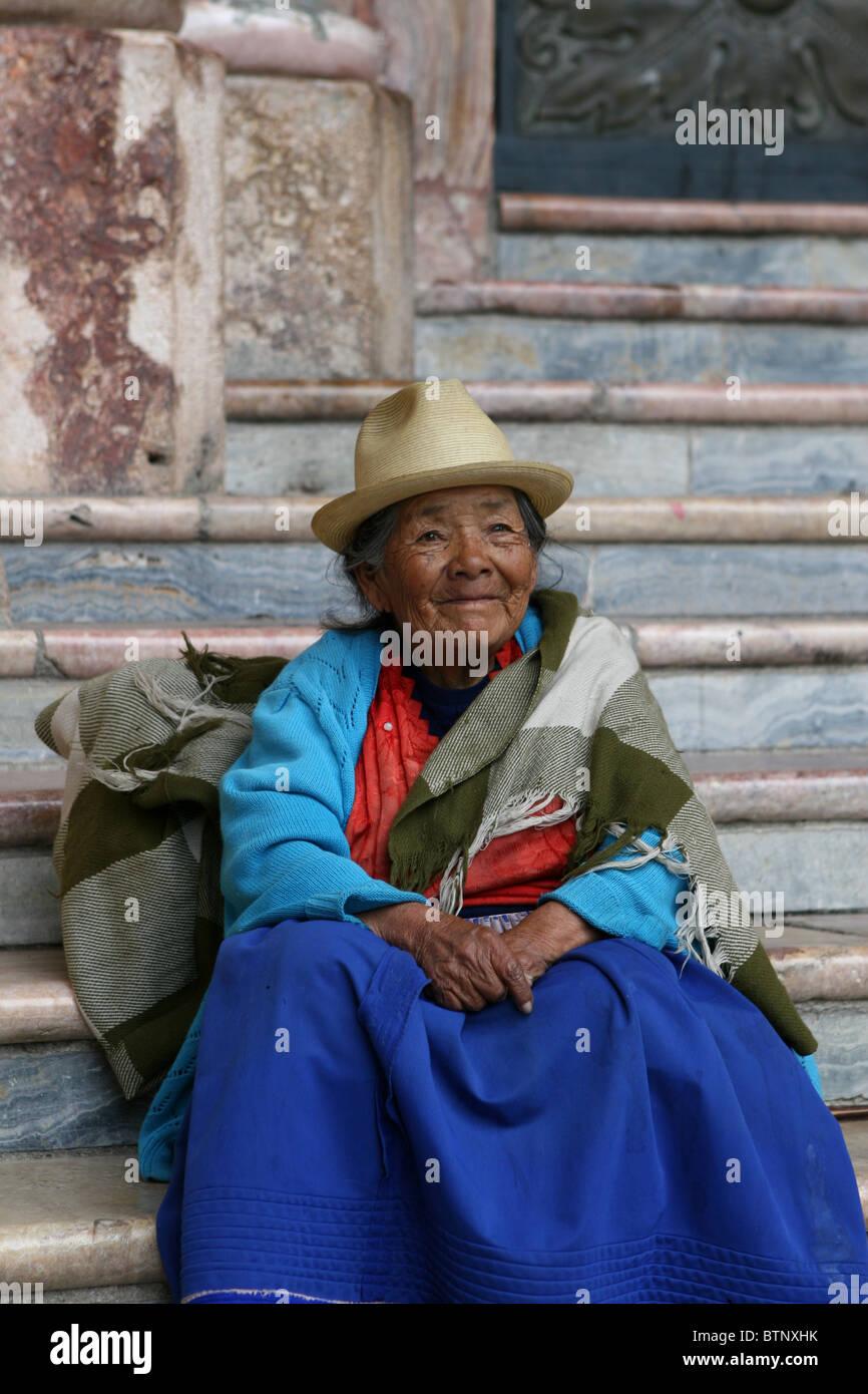 Mujer Ecuatoriana sentado en pasos de sombrero de Panamá Imagen De Stock 5f66ad02aed