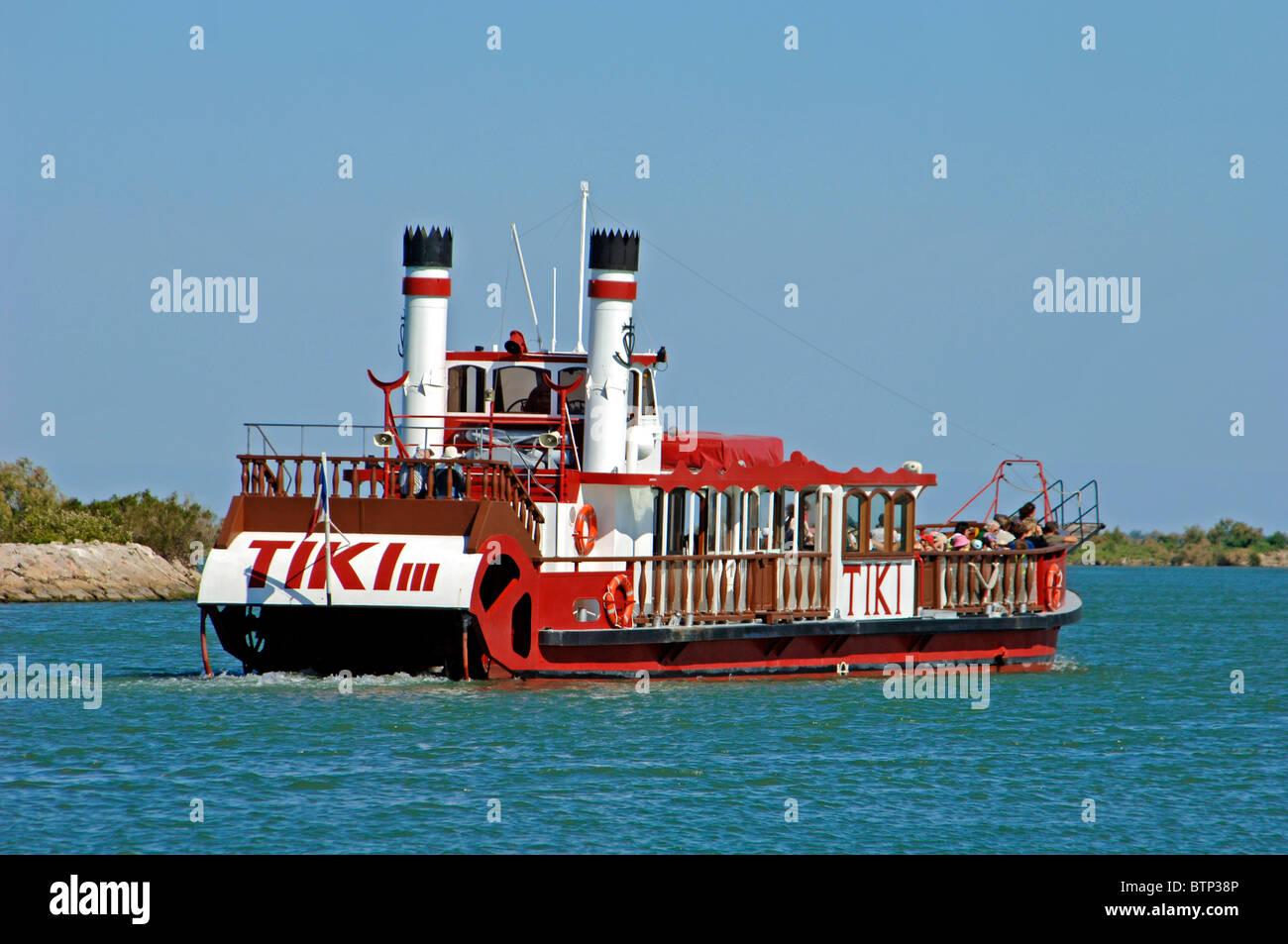 La Paleta Cruiser o turista viaje en barco en el Tiki III sobre el río Ródano cerca Les-Saintes-Maries Imagen De Stock