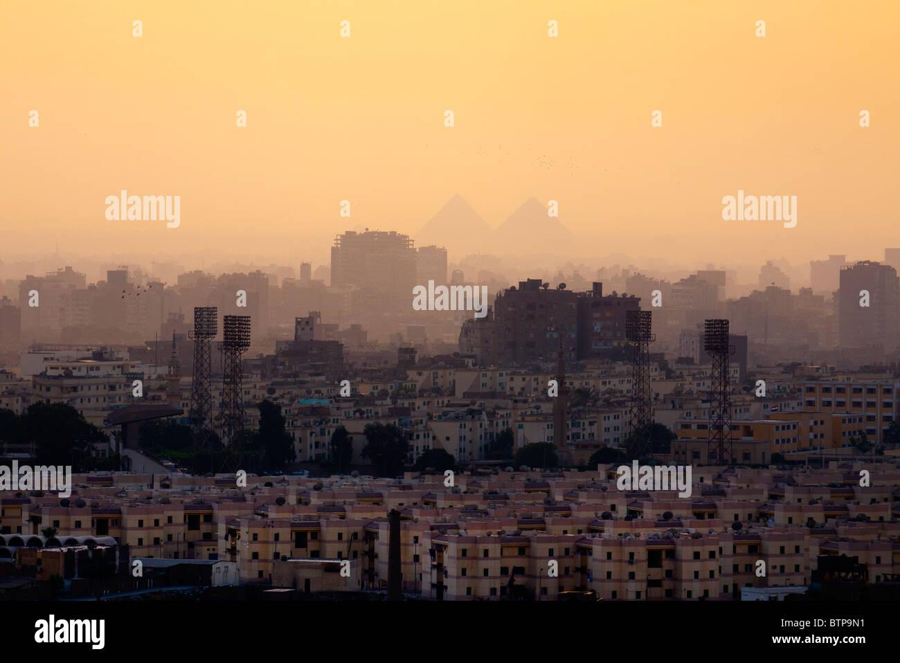 La ciudad de El Cairo y las pirámides. Imagen De Stock