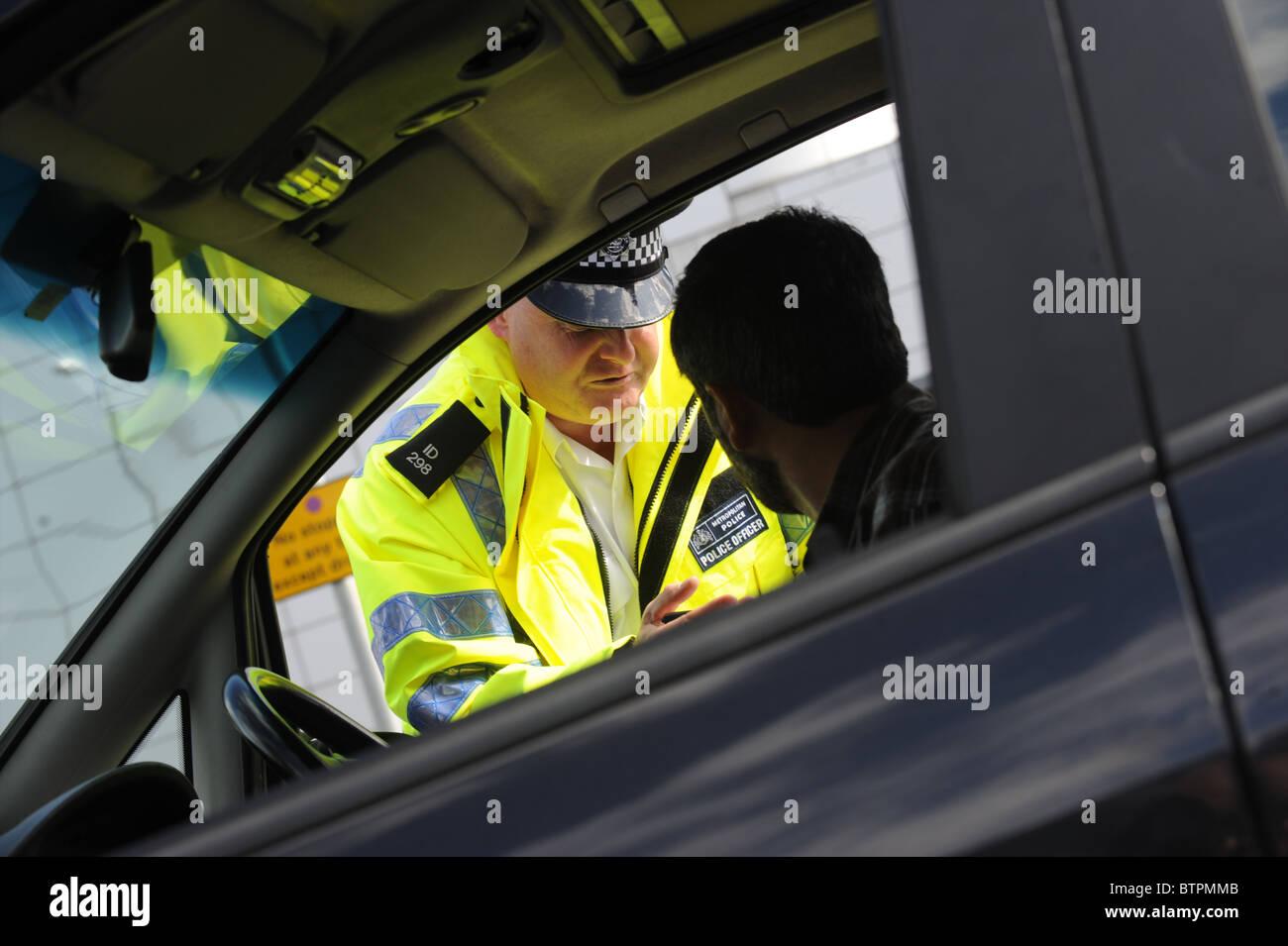 Oficial de tránsito preguntas conductor Imagen De Stock