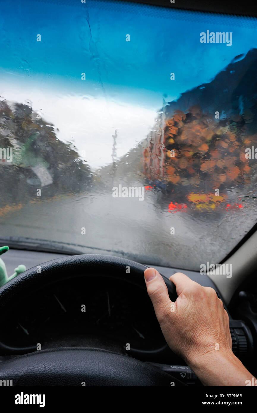 Los vehículos de adelantamiento en una torrencial tormenta en un paso de montaña. Imagen De Stock