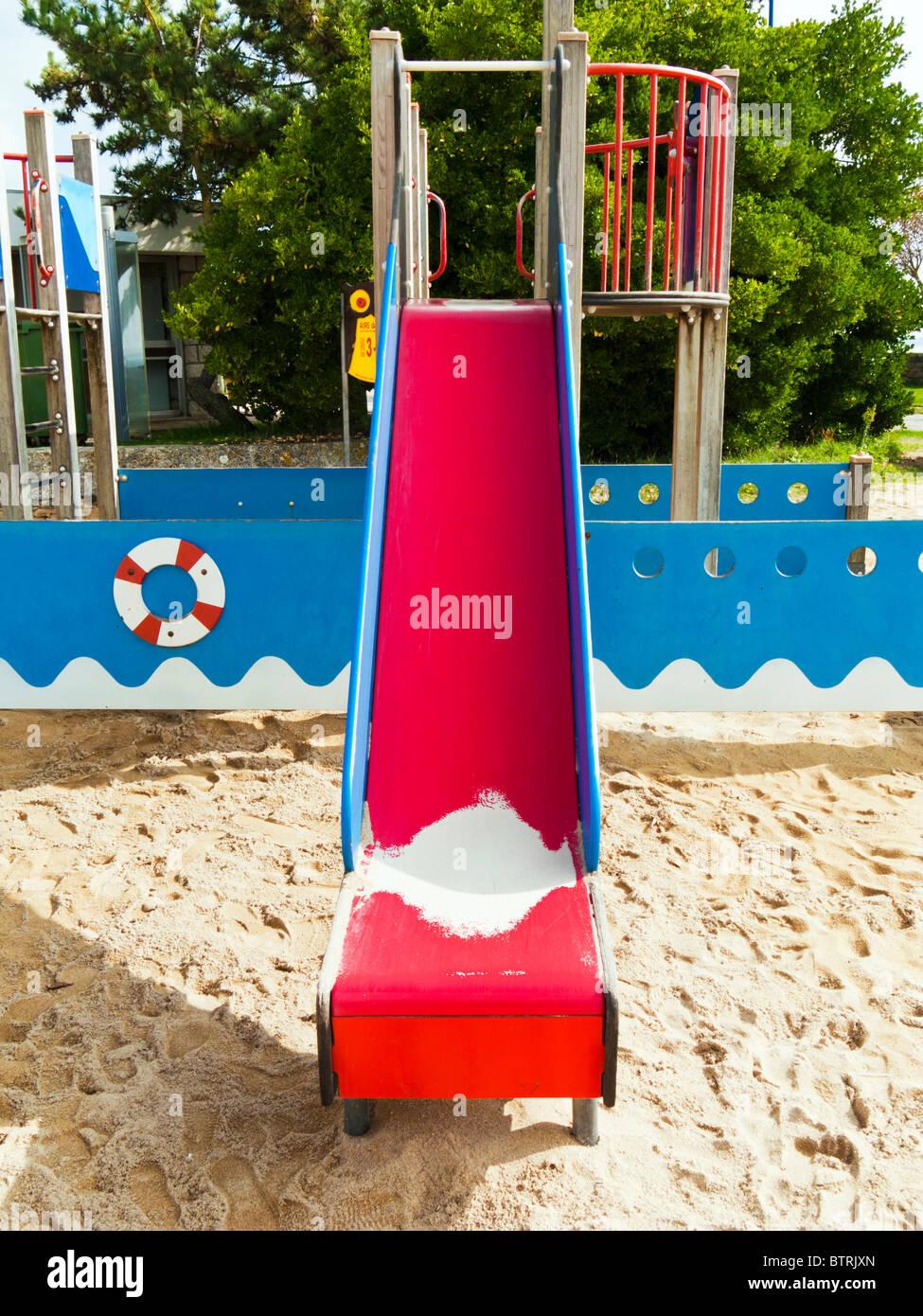 Área de juegos para niños con tobogán Imagen De Stock