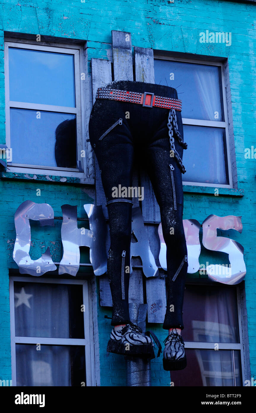 Caos tienda de ropa alternativa, Camden High Street, Camden Town, Londres, Inglaterra, Reino Unido. Imagen De Stock