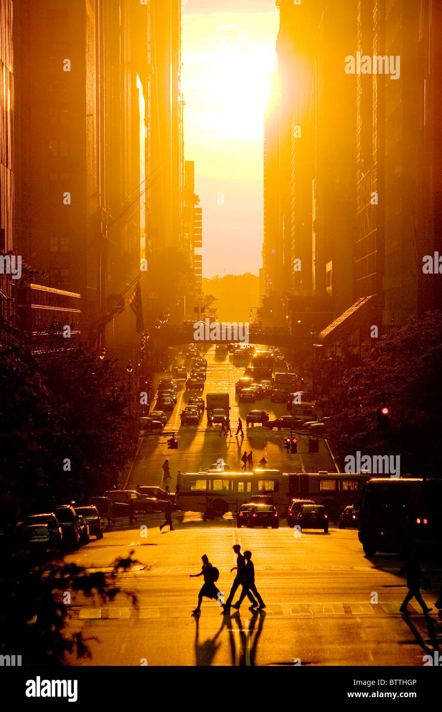 Vista de la puesta de sol de la calle 42, en verano, la ciudad de Nueva York. Foto de stock