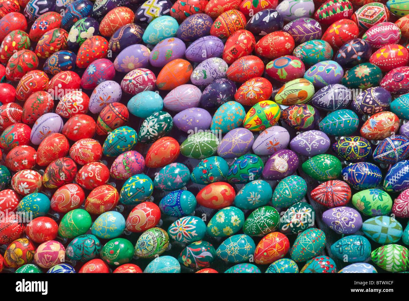 Coloridos huevos de Pascua pintados a mano Foto de stock